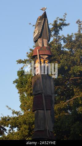 Un mouette se trouve en haut du détail du pôle Knowledge Totem à l'extérieur des édifices du Parlement de la Colombie-Britannique. Le mât totem a été fait par le