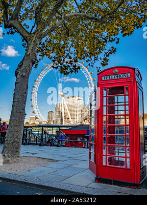 Londres, Angleterre, Royaume-Uni - Octobre 05, 2019 : London Eye et rouge cabine photo traditionnel sur la rive de la rivière Thames, en saison d'automne Banque D'Images