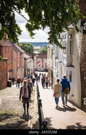 Les touristes de grimper la colline raide à Lincoln city England UK on a sunny day Septembre Banque D'Images