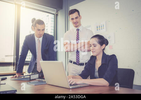 L'équipe d'avoir une rencontre avec couple lors d'une réunion et présente Banque D'Images