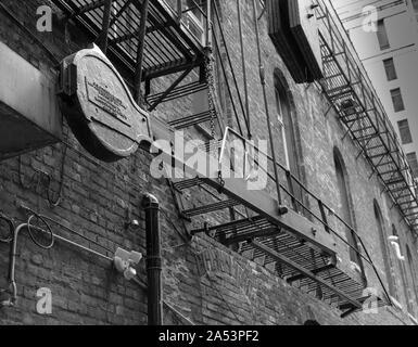 Old fire escape et du contrepoids Banque D'Images
