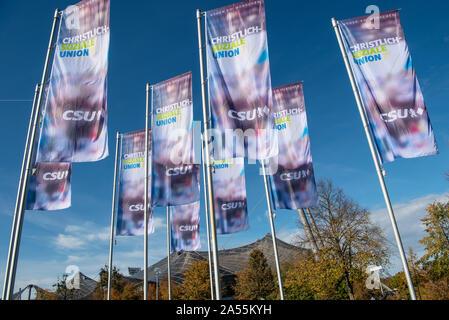 Munich, Allemagne. 18 Oct, 2019. Drapeaux CSU voler en face de la Halle olympique au début de la convention du parti CSU. Lors de la grande conférence du parti CSU, qui aura lieu du 18 au 19 octobre 2019, la nouvelle élection de l'ensemble de l'exécutif du parti aura également lieu. Crédit: Peter Kneffel/dpa/Alamy Live News