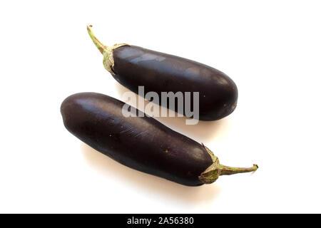 Deux aubergines mûres isolé sur fond blanc Banque D'Images