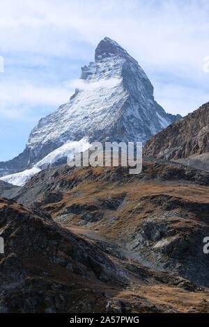 Le Cervin est la montagne des montagnes. En forme de dent de scie, il chevauche les principaux bassins hydrographiques et de frontière entre la Suisse et l'Italie Banque D'Images