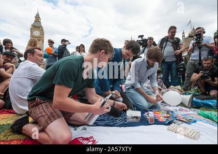 La place du parlement, Londres, Royaume-Uni. 1er août 2015. Environ 50 militants pro substance psychoactive se rassembler à la place du Parlement à Londres à l'inhaler l