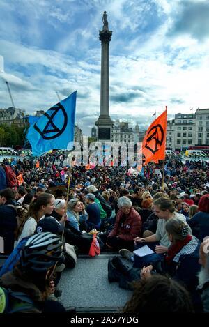 Les foules se rassemblent à l'extinction des manifestations de rébellion à Trafalgar Square à Londres, pour protester contre l'action pour le climat à prendre pour prévenir le changement climatique.