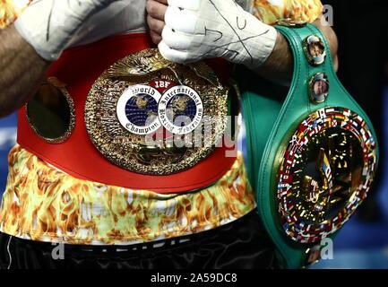 Philadelphie, USA. 19 Oct, 2019. PHILADELPHIA, États-unis - 19 octobre 2019: Artur Beterbiev de la Russie pose avec l'IBF et WBC courroies comme il célèbre la victoire dans un poids lourd légers IBF-titre mondial WBC boxe unification lutte contre Oleksandr Gvozdyk d'Ukraine (non représenté) à l'Liacouras Center de Philadelphie, Pennsylvanie, États-Unis. Valery/Sharifulin Crédit: TASS ITAR-TASS News Agency/Alamy Live News Banque D'Images