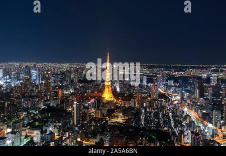 TOKYO - DEC 30: vue panoramique exceptionnelle au centre ville de Tokyo en soirée, Tour de Tokyo de nuit le 30 décembre. 2016 au Japon Banque D'Images