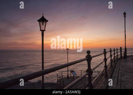 Jetée de Cromer à l'aube et le lever du soleil, avec des couleurs arc-en-ciel à travers le ciel Banque D'Images