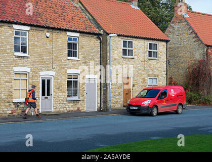 Postman et Royal Mail van dans le village de North Newbald, East Yorkshire, England UK Banque D'Images