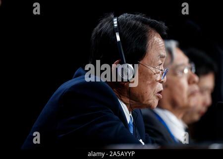 Washington, USA. 18 Oct, 2019. Le ministre des Finances japonais Taro Aso prend la parole lors d'une conférence de presse à l'occasion des réunions annuelles du Fonds Monétaire International et la Banque mondiale à Washington, DC, États-Unis, le 18 octobre 2019. Credit: Ting Shen/Xinhua/Alamy Live News Banque D'Images