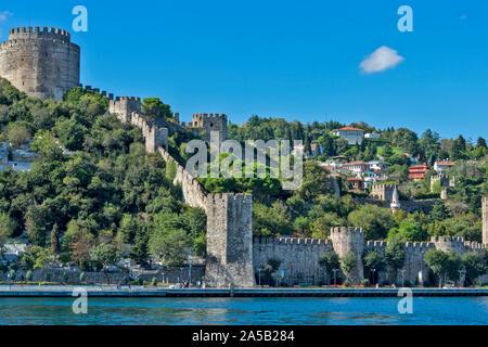 ISTANBUL Turquie RUMELIHISARI RUMELIAN CHÂTEAU une forteresse médiévale sur les rives du Bosphore Banque D'Images