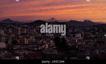 Vue panoramique de la ville de Quito, Pichincha, Equateur. Le 11 mars 2018. Coucher du soleil Banque D'Images