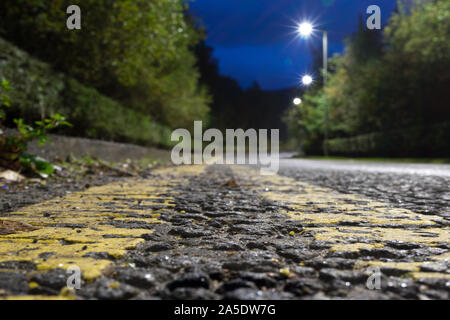 Une faible vue en perspective entre le jaune marquage routier Banque D'Images