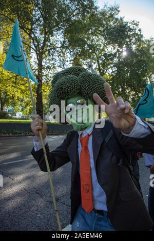 Monsieur brocoli ou de Roland Everson vu sur Park Lane, Londres, pendant une marche de protestation par le mouvement de rébellion des animaux, une ramification de l'extinction de la rébellion.