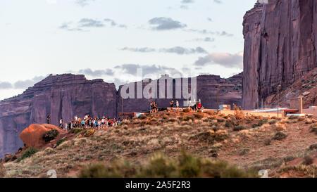 Monument Valley, USA - Le 12 août 2019: les personnes regardant le coucher du soleil à Arizona célèbre Navajo tribal place à donnent sur une vue panoramique Banque D'Images