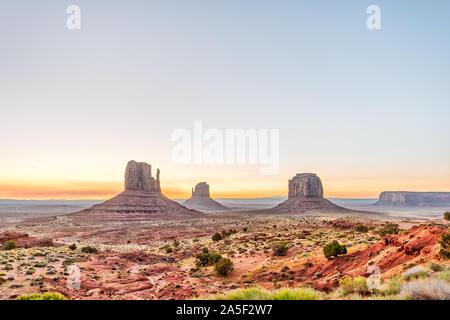 Vue grand angle de buttes et d'horizon à Monument Valley au lever de la lumière colorée en Arizona avec les roches orange