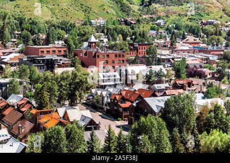 Telluride, Colorado petite ville avec antenne high angle Vue à vol d'oiseau de ville paysage urbain à partir de la télécabine gratuit à mountain village en été Banque D'Images