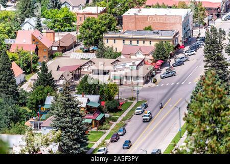 Ouray, USA - Le 14 août 2019: vue aérienne de voitures sur rue dans petite ville du Colorado avec historique de la rue principale de la ville architectur Banque D'Images
