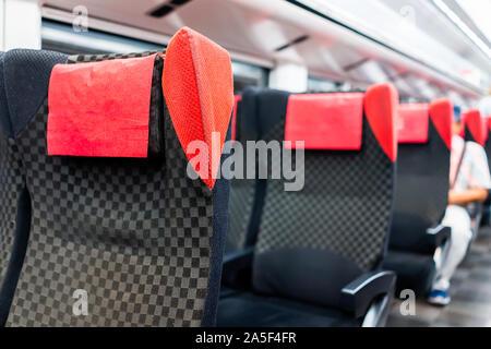 Des chaises confortables sièges rouge vide en gros plan de ligne de métro dans l'allée à l'intérieur intérieur avec personne assise en arrière-plan et d'un coin salon confortable moderne Banque D'Images