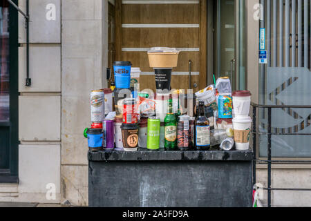 Déchets en équilibre sur le mobilier urbain après manifestation de protestation dans le centre de Londres. Tasses de café à emporter, des canettes de bière et bouteilles & fast food containers. Banque D'Images