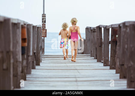 Les enfants heureux avec masque, palmes et tuba pour aller plonger en mer tropicale à l'exploration de la nature sous-marine. Style de voyage, sports aquatiques, natation. Banque D'Images