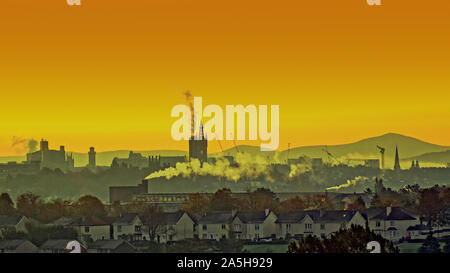 Glasgow, Scotland, UK 21 Octobre, 2019. Météo France: début glorieux comme l'aube et le ciel s'est réuni avec la promesse de l'été indienne fait une apparition après une nuit froide brume matinale et sol gelé au cours de la fin de l'ouest Gérard Ferry/ Alamy Live News Banque D'Images
