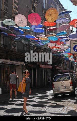 Les parasols colorés de la Umbrella Sky dans le projet Via Gisira et Via Pardo, Catane, Sicly, Italie,