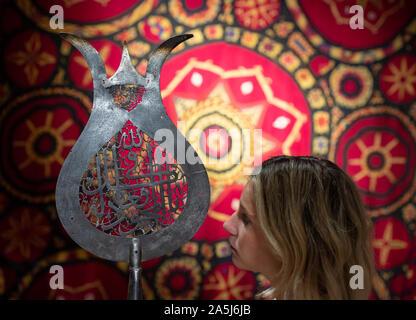 Bonhams, Londres, Royaume-Uni. 21 octobre 2019. L'art indien et de l'Islam moderne et contemporain et l'Art du Moyen-Orient au Bonhams avant que les ventes des 22 et 23 octobre. De droit: un acier ajouré safavide 'alam Section, Perse, 16ème/ 17ème siècle. Estimation £4,000-6,000. Credit: Malcolm Park/Alamy Live News. Banque D'Images