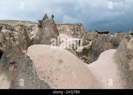 Vue magnifique sur la vallée en Cappadoce, Turquie. Montagnes et de formations rocheuses sous ciel bleu foncé Banque D'Images