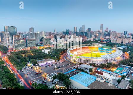 Beijing, Chine skyline et le stade au crépuscule. Banque D'Images