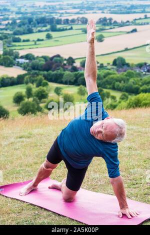 Homme ayant participé à une classe de yoga sur une colline. Banque D'Images