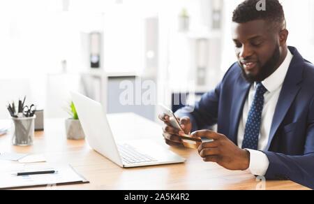 Directeur général de faire le paiement en ligne sur le téléphone Banque D'Images
