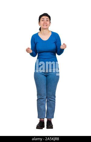 Jeune brunette woman holding furieux les poings serrés et serre les dents. Fille en colère prêt commencer un combat. Les émotions négatives, agressives pleine longueur portrai Banque D'Images