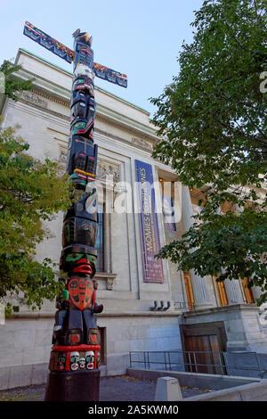 Nation Kwakiutl totem sculpté par les Premières Nations artiste Charles Joseph à côté du Musée des beaux-arts de Montréal, Montréal, Québec, Canada Banque D'Images