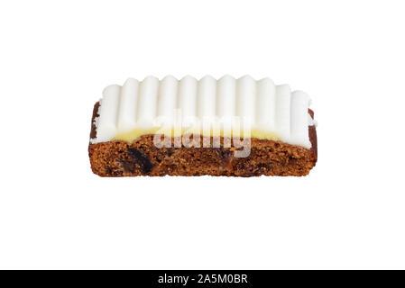 Tranche de gâteau aux fruits isolés avec glaçage blanc Banque D'Images