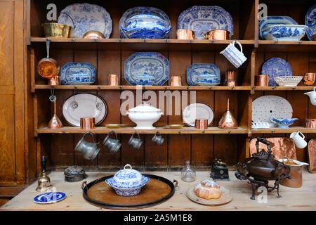 Une cuisine du xixe siècle commode gallois complet avec plaques modèle willow - John Gollop Banque D'Images