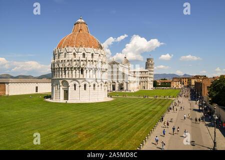 Élevé, vue panoramique sur la célèbre place Piazza dei Miracoli de Pise avec le baptistère de Saint Jean, la cathédrale et la Tour de Pise, Toscane, Italie