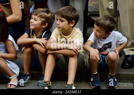 Les enfants de regarder la parade de géants au cours de la Merce 2019 Festival à Plaça de Sant Jaume de Barcelone, Espagne