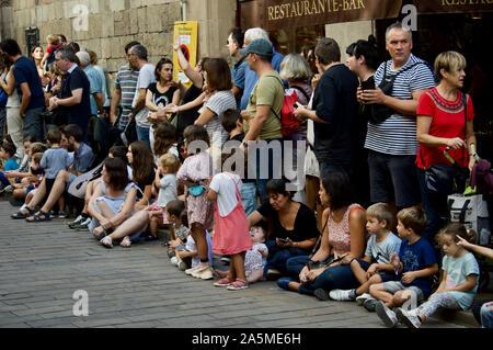 Les gens qui regardent les géants défilent lors du Festival 2019 La Merce à Plaça de Sant Jaume de Barcelone, Espagne