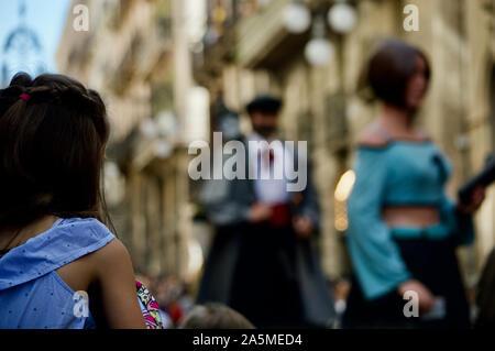 Une jeune fille regarder la parade de géants au cours de la Merce 2019 Festival à Plaça de Sant Jaume de Barcelone, Espagne