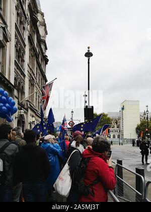 Londres, Royaume-Uni - 14 octobre, 2019 Anti-Brexit: manifestation à Londres près de Parlement. L'Union européenne et l'Union Jack britannique drapeaux volent ensemble Banque D'Images