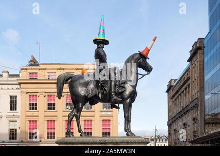 Statue du duc de Wellington avec cône de trafic traditionnels et thème de l'halloween décorations, Glasgow, Écosse, Royaume-Uni