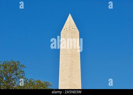 Washington, D.C., USA - 15 octobre 2019: La moitié supérieure de la Washington Monument se détache sur un ciel bleu clair sous le soleil d'après-midi d'automne.