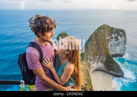 Vacances à la vie. Heureux couple - homme et femme sont à vue. Regardez belle plage sous haute falaise. Destination Voyage à Bali