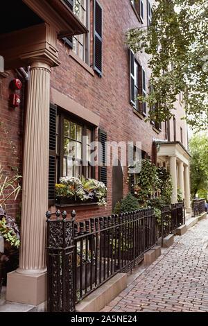 De beaux immeubles de brique sur un jour d'automne, dans l'historique quartier Beacon Hill de Boston, Massachusetts.
