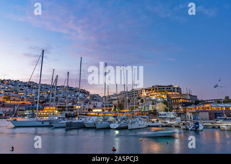 Vue panoramique de Mikrolimano le long de la marina au Pirée, Grèce. Banque D'Images