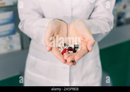 Close up photo de médecin ou pharmacien mains tenant des pilules colorées. Concept de médicaments, Pharmacie