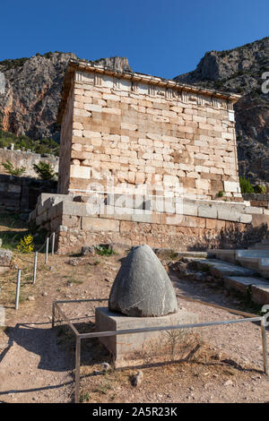 L'omphalos de la pierre ou du nombril de la terre devant le Conseil du Trésor des Athéniens, Delphi, Grèce Banque D'Images