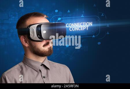 Woman lunettes de réalité virtuelle avec CONCEPT CONNEXION INSCRIPTION, réseaux sociaux concept Banque D'Images